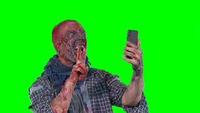 Το άτομο στο zombie makeup κάνει selfie το τηλέφωνο απόθεμα βίντεο