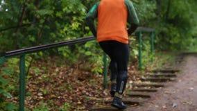 Το άτομο συσσωρεύει ένα σύνολο σκαλοπατιών στο πάρκο Άτομο που τα σκαλοπάτια στο πάρκο στρέψτε μαλακό απόθεμα βίντεο