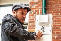 Το άτομο σφίγγει ένα καρύδι Στοκ φωτογραφία με δικαίωμα ελεύθερης χρήσης