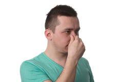 Το άτομο σχετικά με τη μύτη του και έχει το δυσάρεστο πόνο Στοκ Εικόνες