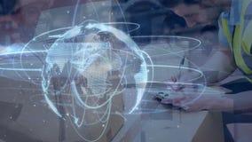 Το άτομο σύνθεσης αποθηκών εμπορευμάτων που είναι σε μια αποθήκη εμπορευμάτων συνδύασε με την απεικόνιση συνδεμένος wo απόθεμα βίντεο