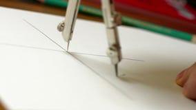 Το άτομο σύρει τα εργαλεία σχεδίων φιλμ μικρού μήκους
