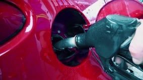 Το άτομο τελειώνει τα καύσιμα αντλιών σε ένα αυτοκίνητο απόθεμα βίντεο