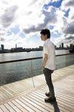 Το άτομο της Ασίας χαλαρώνει στο πάρκο Στοκ εικόνες με δικαίωμα ελεύθερης χρήσης