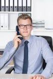 Το άτομο τηλεφωνά στο γραφείο στο γραφείο Στοκ Εικόνες