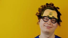 Το άτομο τινάζει ή ταλαντεύεται το κεφάλι του με τις σγουρές μαύρες τρίχες, αστείες χαρωπά ανθρώπινες συγκινήσεις, στο κίτρινο υπ φιλμ μικρού μήκους