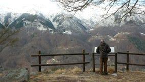 Το άτομο του Biella, Ιταλία 6 Φεβρουαρίου 2018 θαυμάζει τις Άλπεις στη πλεονεκτική θέση απόθεμα βίντεο