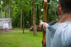 Το άτομο, τράβηξε τη σειρά, για έναν περαιτέρω πυροβολισμό από το τόξο στο στόχο στοκ εικόνα με δικαίωμα ελεύθερης χρήσης