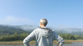 Το άτομο τρέχει στα βουνά στο πρωί φιλμ μικρού μήκους