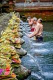 Το άτομο τρία πλύθηκε το σώμα του ιερά Temp νερών πηγής του Μπαλί Στοκ εικόνα με δικαίωμα ελεύθερης χρήσης