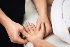 Το άτομο τρίβει των φοινικών και των δάχτυλων στη SPA concept healthy lifestyle Στοκ Εικόνες