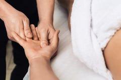 Το άτομο τρίβει των φοινικών και των δάχτυλων στη SPA concept healthy lifestyle Στοκ εικόνα με δικαίωμα ελεύθερης χρήσης