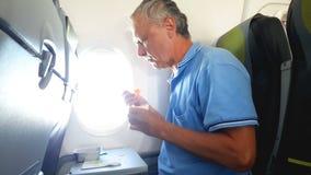Το άτομο τρώει στο αεροπλάνο απόθεμα βίντεο