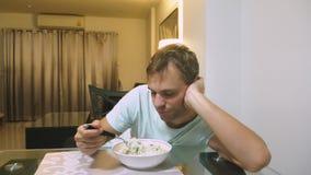 Το άτομο τρώει στο σπίτι δεν είναι νόστιμα τρόφιμα απόθεμα βίντεο