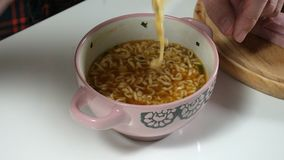 Το άτομο τρώει τα κινεζικά στιγμιαία νουντλς με ένα δίκρανο απόθεμα βίντεο