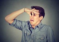 Το άτομο τσιμπά τη μύτη κοιτάζει με την αποστροφή που κάτι βρωμαά την κακή μυρωδιά στοκ εικόνα