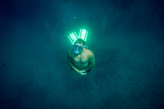 Το άτομο υποβρύχιο με κολυμπά με αναπνευτήρα Στοκ φωτογραφία με δικαίωμα ελεύθερης χρήσης