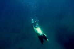 Το άτομο υποβρύχιο με κολυμπά με αναπνευτήρα Στοκ φωτογραφίες με δικαίωμα ελεύθερης χρήσης