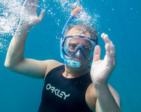Το άτομο υποβρύχιο με κολυμπά με αναπνευτήρα Στοκ εικόνα με δικαίωμα ελεύθερης χρήσης