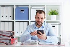 Το άτομο υπολογίζει τους φόρους στοκ φωτογραφία με δικαίωμα ελεύθερης χρήσης