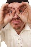 Το άτομο φαίνεται κοντά μέσω των χεριών σοβαρό Στοκ φωτογραφίες με δικαίωμα ελεύθερης χρήσης