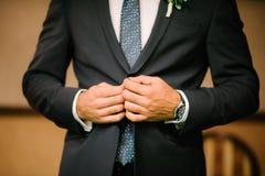 Το άτομο φορά ένα μαύρο κοστούμι στοκ εικόνα