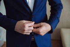 Το άτομο φορά ένα σακάκι Έννοια του επιχειρησιακού φορέματος Στοκ Εικόνες