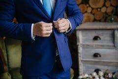 Το άτομο φορά ένα σακάκι Έννοια του επιχειρησιακού φορέματος Στοκ φωτογραφία με δικαίωμα ελεύθερης χρήσης