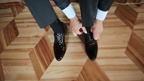 Το άτομο φορά τα παπούτσια απόθεμα βίντεο