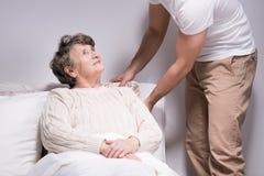 Το άτομο φροντίζει τη γιαγιά Στοκ Εικόνα