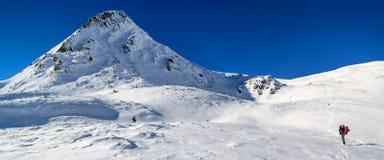 Το άτομο φωτογραφίζει το βουνό στοκ εικόνα με δικαίωμα ελεύθερης χρήσης