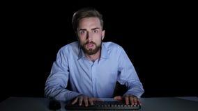 Το άτομο φόβισε παίζοντας το παιχνίδι on-line συγκινήσεις στούντιο απόθεμα βίντεο