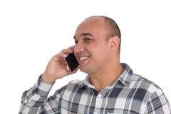 Το άτομο χαμογελά και κρατά το τηλέφωνο κυττάρων του Λατινοαμερικάνικος άτριχος, είναι στοκ εικόνες με δικαίωμα ελεύθερης χρήσης