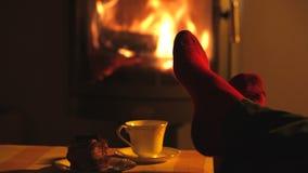 Το άτομο χαλαρώνει από τη θερμή πυρκαγιά  απόθεμα βίντεο