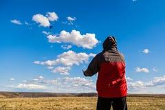 Το άτομο χαλαρώνει στη φύση Στοκ Φωτογραφίες
