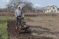 Το άτομο χαλαρώνει τον εδαφολογικό καλλιεργητή Στοκ φωτογραφίες με δικαίωμα ελεύθερης χρήσης