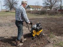 Το άτομο χαλαρώνει τον εδαφολογικό καλλιεργητή Στοκ φωτογραφία με δικαίωμα ελεύθερης χρήσης