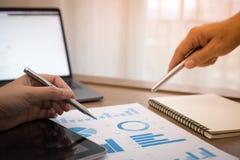 Το άτομο χεριών που κάνει τους πόρους χρηματοδότησης και υπολογίζει στο γραφείο για το κόστος στο σπίτι στοκ φωτογραφία με δικαίωμα ελεύθερης χρήσης
