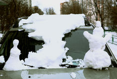 Το άτομο χιονιού φιαγμένο από αυτοκίνητο κάλυψε το χιονώδες στρώμα Στοκ Φωτογραφίες