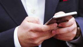 Το άτομο χορεύει με το smartphone φιλμ μικρού μήκους
