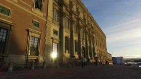 Το άτομο χρησιμεύει ως μια φρουρά στη Royal Palace στη Στοκχόλμη, Σουηδία απόθεμα βίντεο