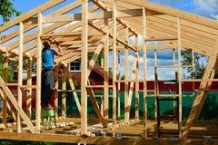 Το άτομο χτίζει ένα σπίτι στο χωριό στοκ φωτογραφία