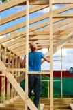 το άτομο χτίζει ένα σπίτι στο χωριό στοκ εικόνα με δικαίωμα ελεύθερης χρήσης