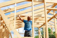 Το άτομο χτίζει ένα σπίτι στο χωριό στοκ φωτογραφία με δικαίωμα ελεύθερης χρήσης