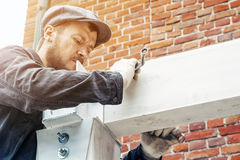 Το άτομο χτίζει ένα σπίτι Στοκ εικόνες με δικαίωμα ελεύθερης χρήσης