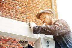 Το άτομο χτίζει ένα σπίτι Στοκ φωτογραφία με δικαίωμα ελεύθερης χρήσης