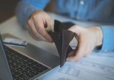 Το άτομο ψάχνει τα χρήματα στοκ εικόνα με δικαίωμα ελεύθερης χρήσης