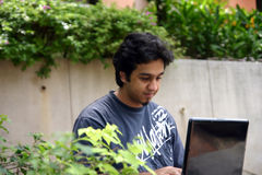 το άτομο lap-top του που χρησι&mu Στοκ Φωτογραφία