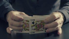 Το άτομο ` s δίνει τις shuffing κάρτες Παιχνίδι Pocker Στοκ εικόνα με δικαίωμα ελεύθερης χρήσης
