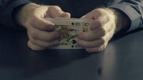 Το άτομο ` s δίνει τις shuffing κάρτες Παιχνίδι Pocker Στοκ Φωτογραφία